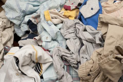 Sauver vos vêtements abîmés avec les bons gestes